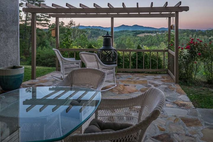 NEW! EPIC MOUNTAIN VIEWS, 24 minutes to ASHEVILLE! - Marshall - Apartamento