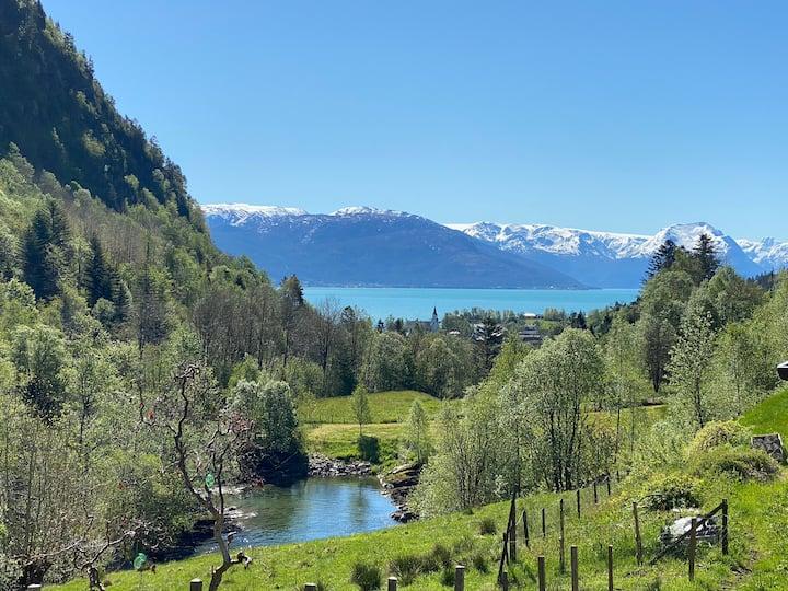 Koselig bolig, nært fjellet og Hardangerfjorden