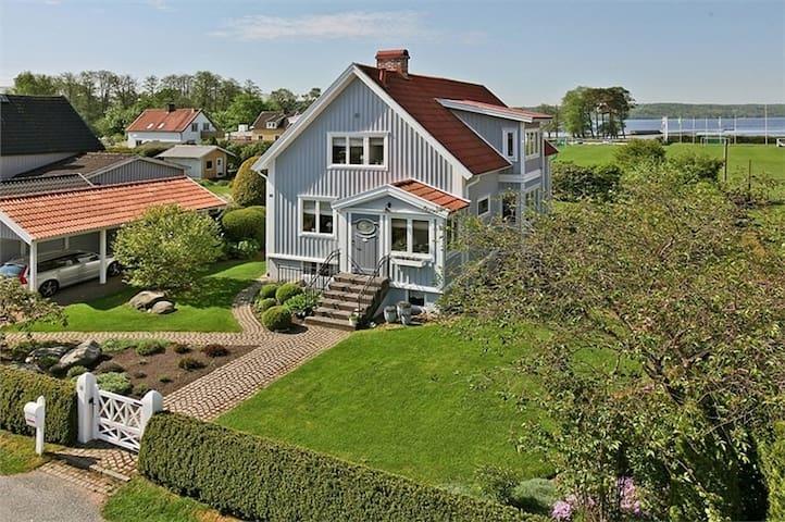 Sjönära hus med bra kommunikationer till Göteborg - Lerum - Dům