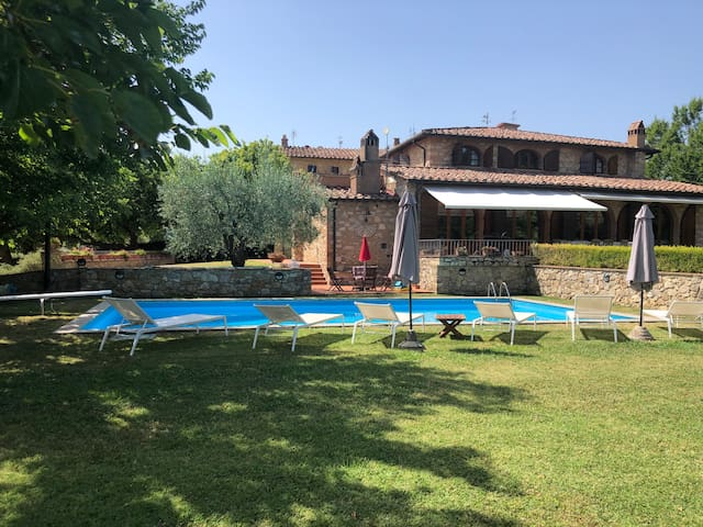 Villa in the heart of Tuscany with pool