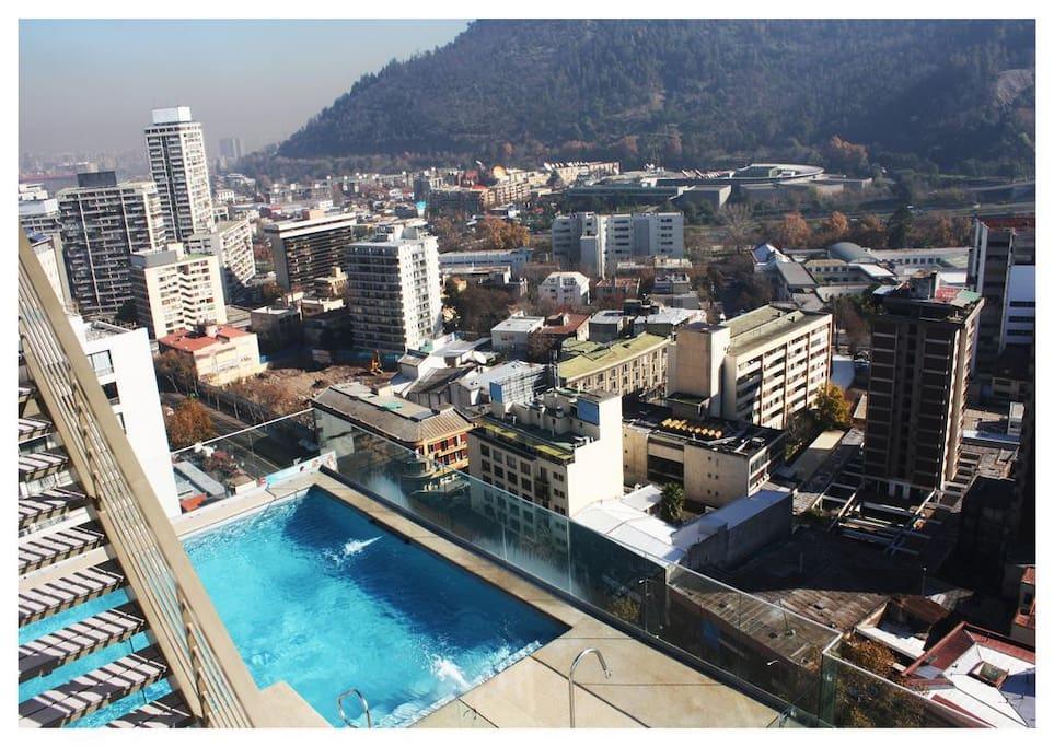 Acceso a una fabulosa piscina con una vista 360º de la ciudad de Santiago