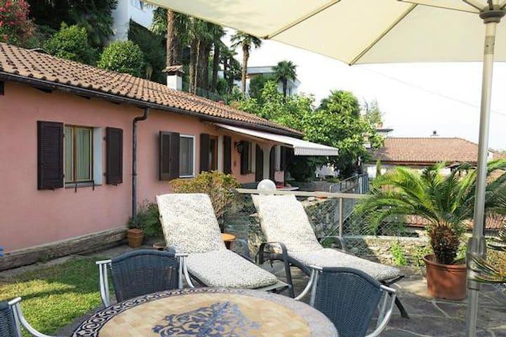 Ferienhaus in Garten mit Seesicht - Brissago - บ้าน