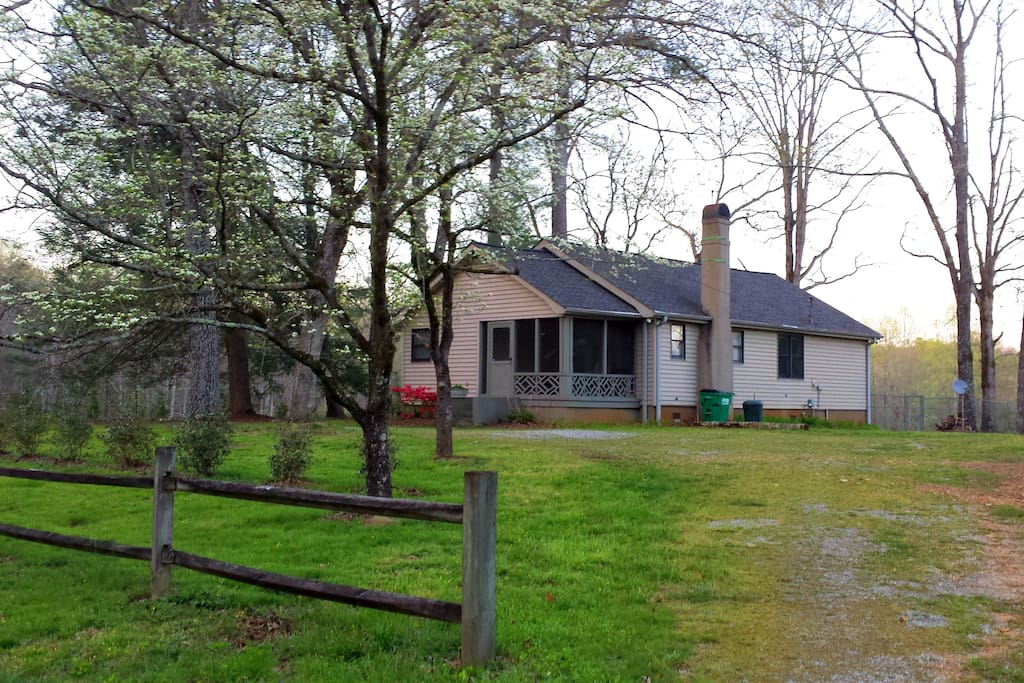 Palm lake cottage cottages louer clarkesville for Country cottage kennel