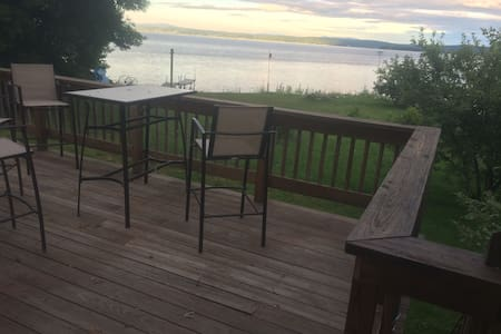 Spacious Lakefront Vacation Home - Grand Isle - Hus