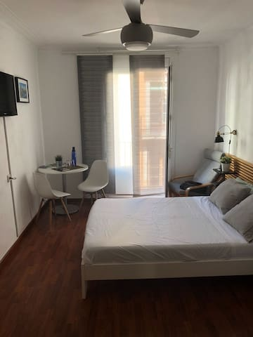 Huge double bedroom in the center of Barcelona.