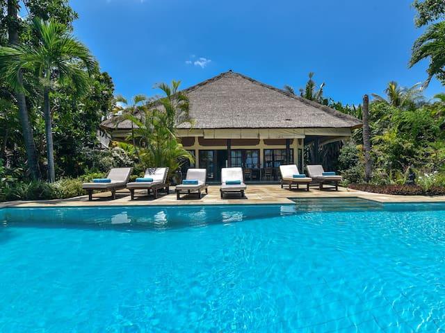 Fabulous beachfront villa with staff!