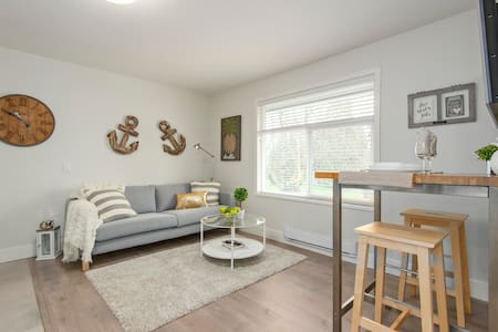 Bright 2bdr Suite by the Beach!
