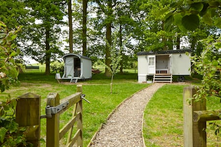 Shepherds huts in picturesque countryside location - Upper Shuckburgh