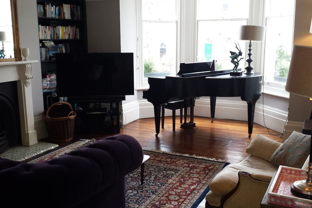 Lovely large light room with bay window  (main reception)