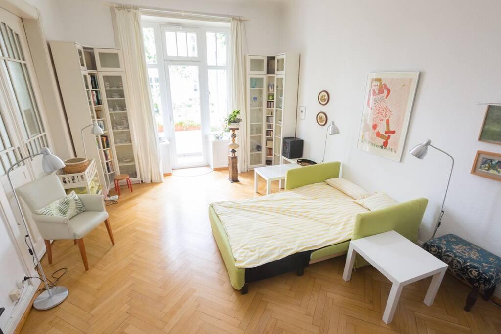 Gemütliche Schlafcouch im hellen Zimmer / Comfortable couch in bright room