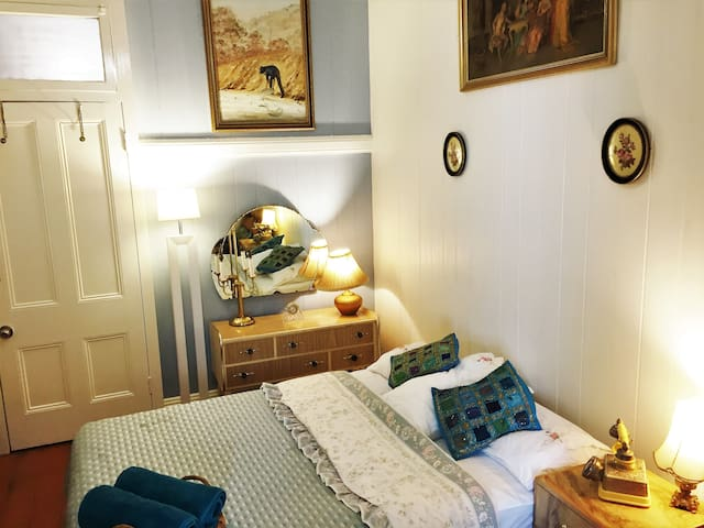 En-suite Room + AC+ Own Bath_Vintage Style_Couples - Red Hill