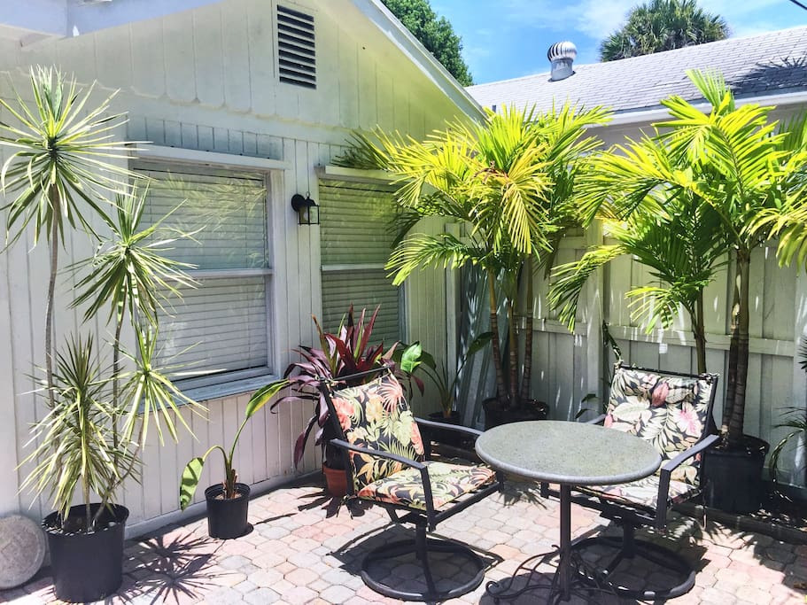Tropical Cottage - patio with bar-b-que in quaint tropical setting (fenced for privacy). AirBnB 366178 Ft. Lauderdale Florida Vacation Rental