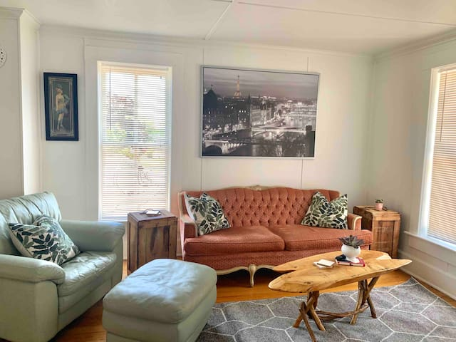 "Eclectic Downtown Suttons Bay ""Beehive Suite"""