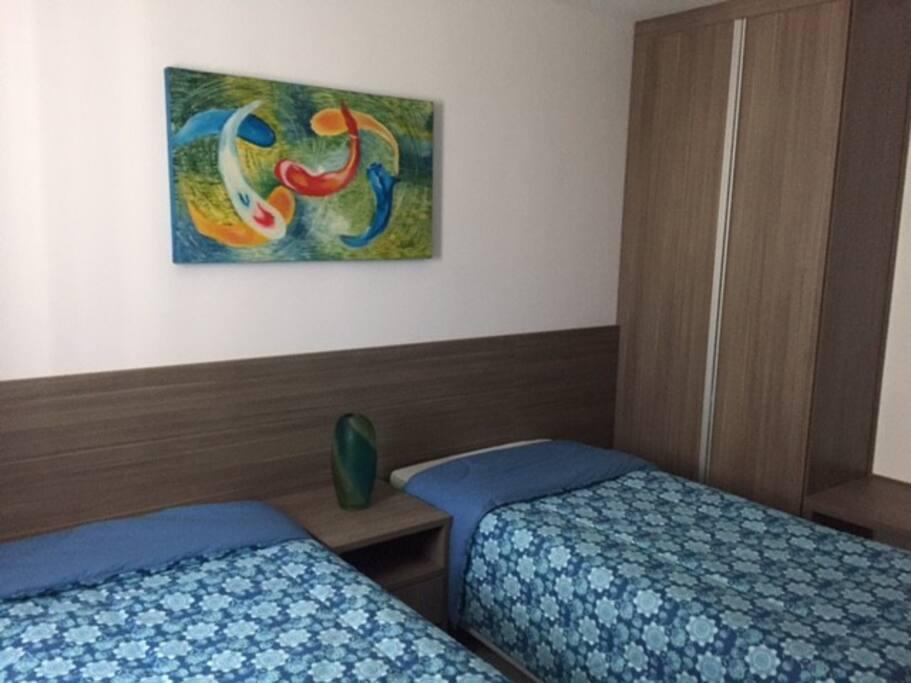 Decoração e camas novas - guarda-roupas com cofre embutido
