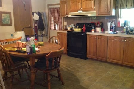 2 bdrm suites, one bdrm queen size/full, privacy - West Terre Haute - Departamento