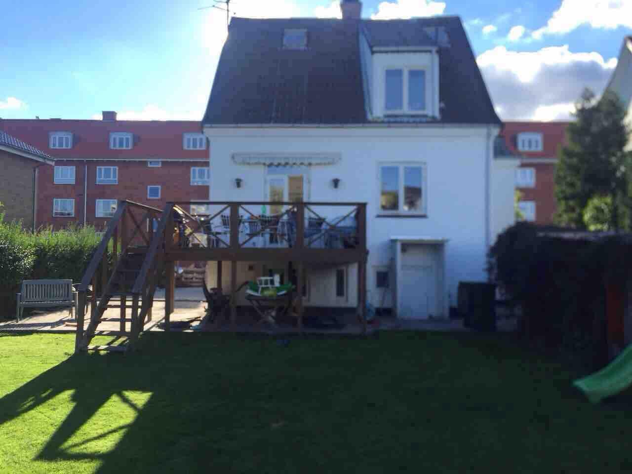 huset set fra baghave med terasse