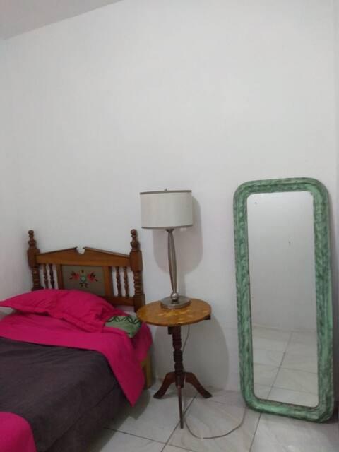 Cuarto Independiente:  The Green Room.