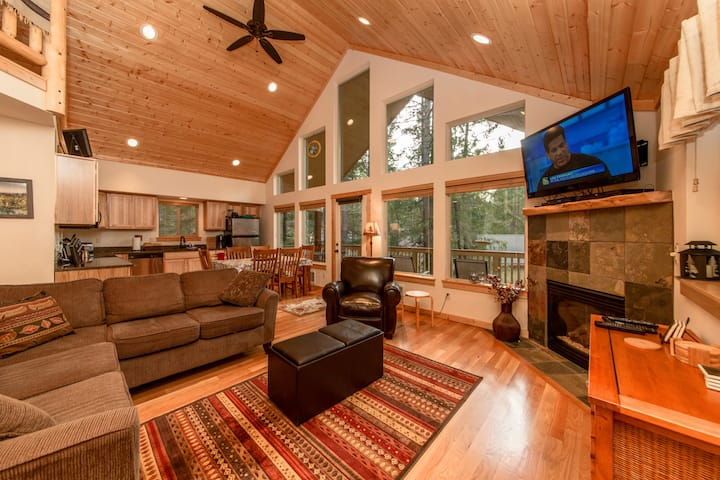 Raven Ridge Lodge-Great Location in Evergreen Valley!  Expertly furnished for the whole family!