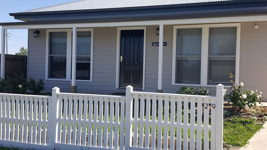 'Silverwood' Cottage' . Boutique accommodation - Ballarat East - Huis