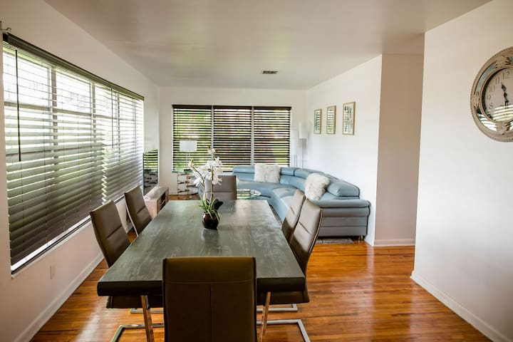 Modern 5 Bedroom Miami Home, 10 Min. to the Beach!