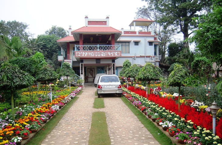 A Garden Guest House within lush green ambience. - Santiniketan