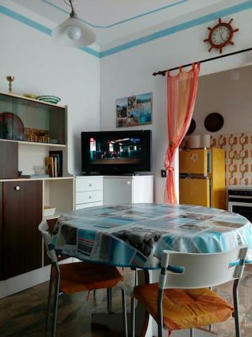 Casa Merlino - Camera tinello cucinino pressi mare
