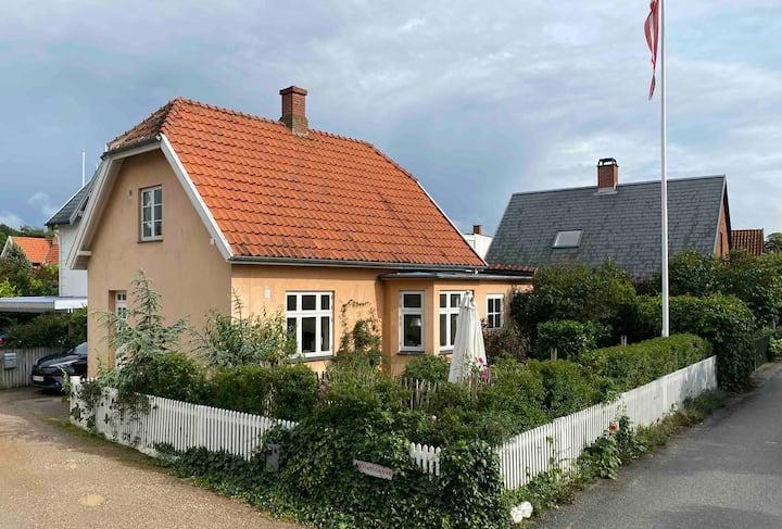 Villa i Hornbæks gamle fiskerleje. Tæt på stranden