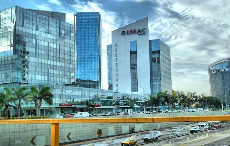 A 4 cuadras de la centro financiero y comercial de San Isidro-Lima, a 3 cuadras de la vía expresa, metropolitano, hospital, clínica, compañía de seguros, bancos, supermercados, centro comercial.