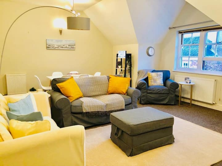 Stylish 2 Bed | Heart of the city | Parking