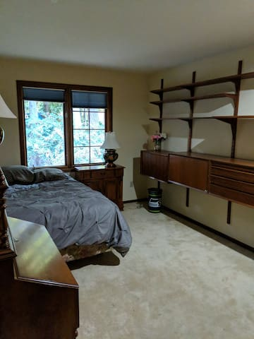 Beautiful rooms in a woodsy neighborhood