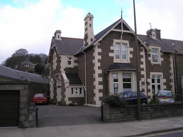 Ashley House Bed and Breakfast. Broughty Ferry.