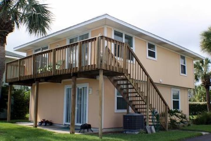 Surf Crest Village 3- 4 Bedroom 2 Bath Cottage with community pool and beach access walkway! - Saint Augustine Beach - Cabaña