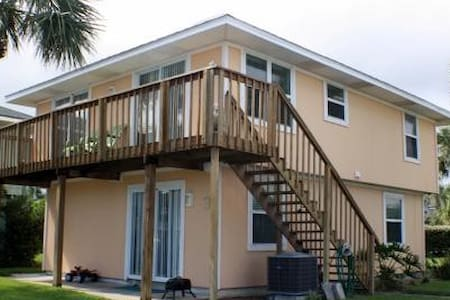 Surf Crest Village 3- 4 Bedroom 2 Bath Cottage with community pool and beach access walkway! - Saint Augustine Beach