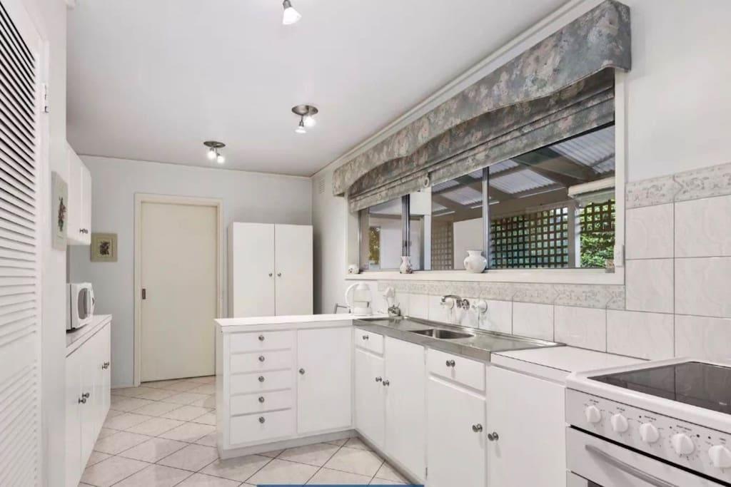 干净舒适的厨房