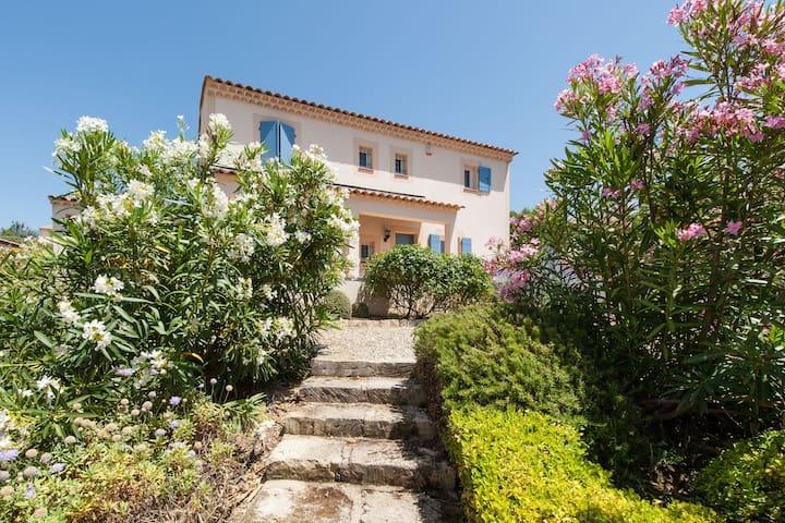 Villa moderne avec piscine située à Saumane-de-Vaucluse