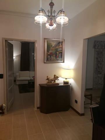 Corridoio con l'ingresso nella stanza, ambiente molto pulito e curato nei minimi dettagli