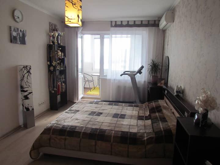 Уютная комната с лоджией,   прекрасный видом