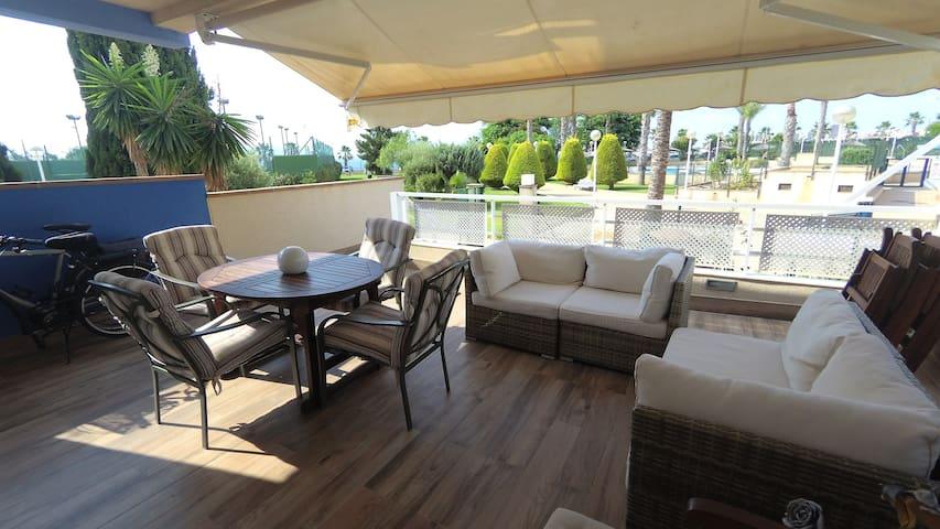 Tranquilo apartamento con piscina frente al mar