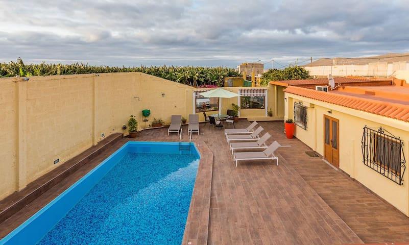 Villa con piscina privada jardín by Lightbooking