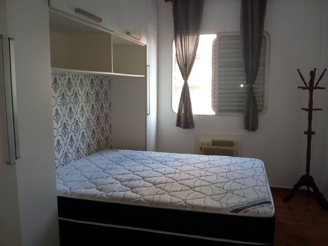 Quarto 1, cama casal Queen, bem amplo, ventilador de teto e ar condicionado.