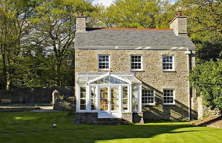 Luxury Cottage in Grounds of Historic Manor House - Pontardawe