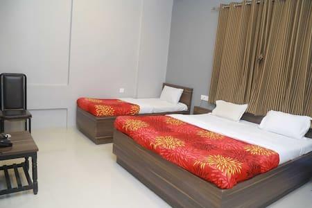 Hotel Dhruva, Solapur Deluxe Ac Triple Bed