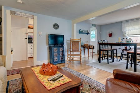 Casual cottage w/yard, patio & firepit- walk to beach