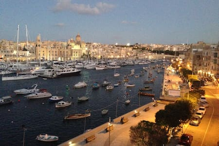 Beautiful 400 yr old apartment on the water! - Senglea