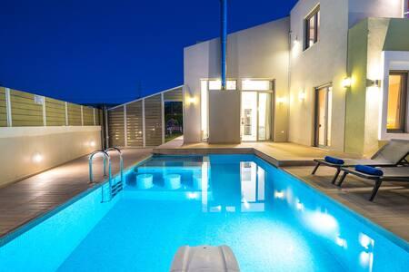 Luxury,Private,Spacious Villa 10' to sandy beach.