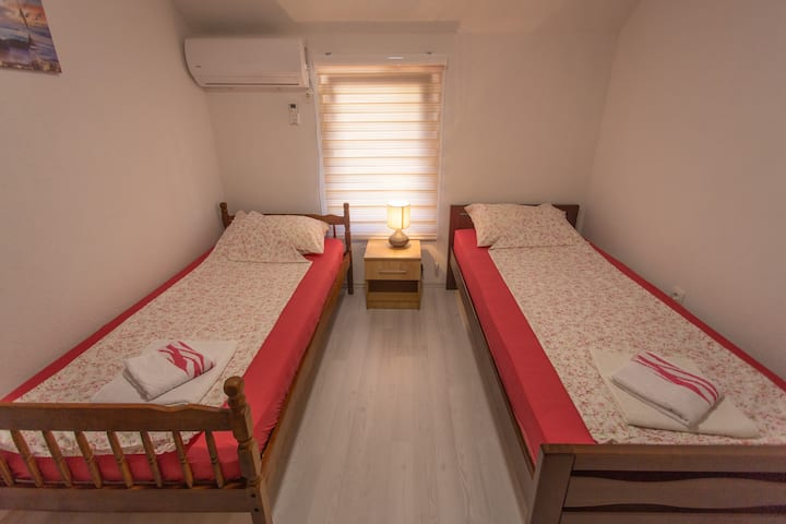 Apartments Daris - Twin Room with Shared Bathroom