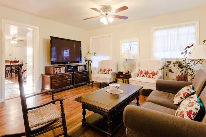 Sweet Cottage Retreat, Minutes to UT/Downtown