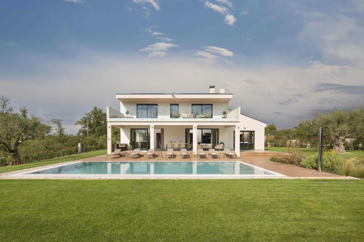 Luxury Vila Gianno with a pool and a lovely garden