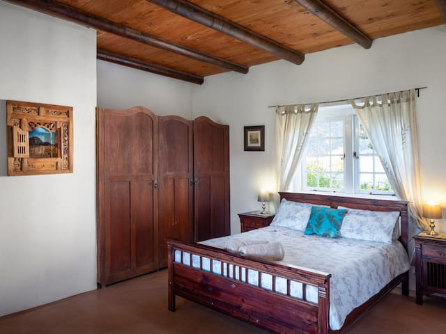 Pinotage bedroom has a Queen bed and a single bed. The en suite has a toilet and a bath.