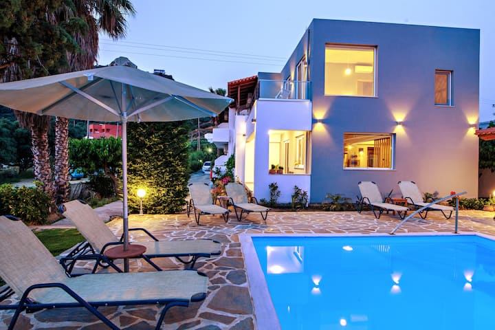 Guesthouse by the pool